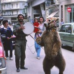 Σαν αρκούδες σε πλανόδιο τσίρκο...